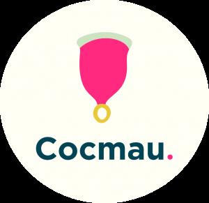 Cocmau logo tròn, thân cốc màu hồng, logo xanh lá đậm. Cốc nguyệt san dễ chịu & dễ thương nhất trái đất